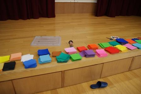 何色もの折り紙を使って